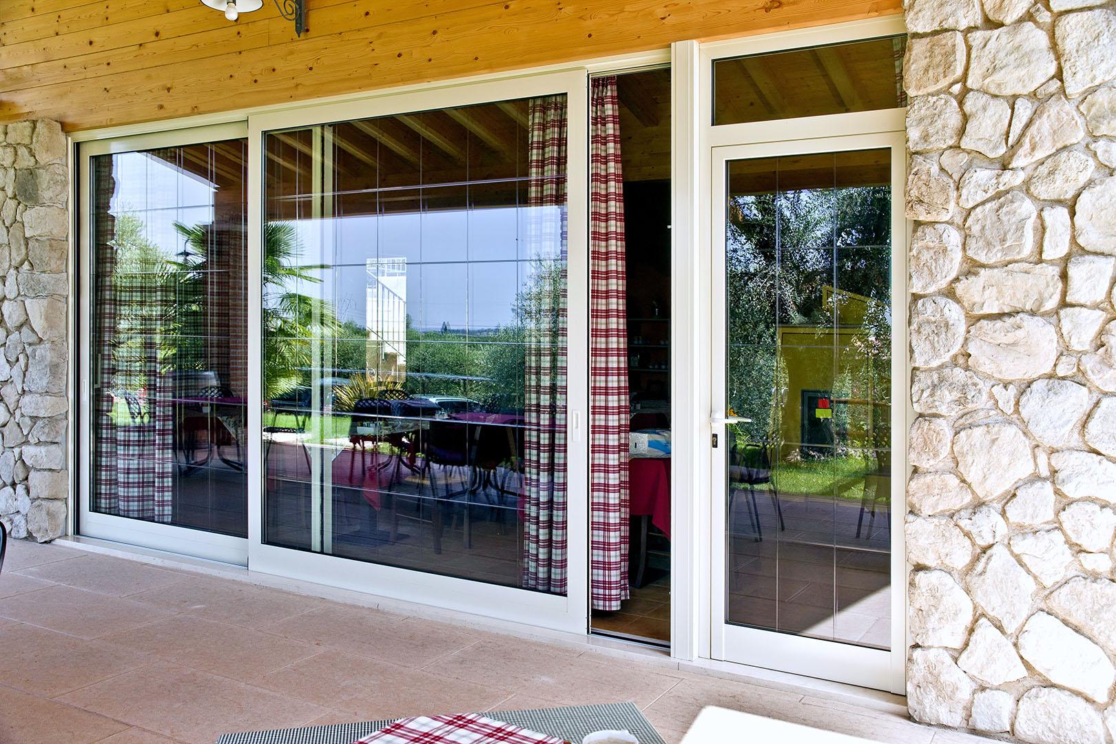 serramenti scorrevoli per abitazione privata color bianco