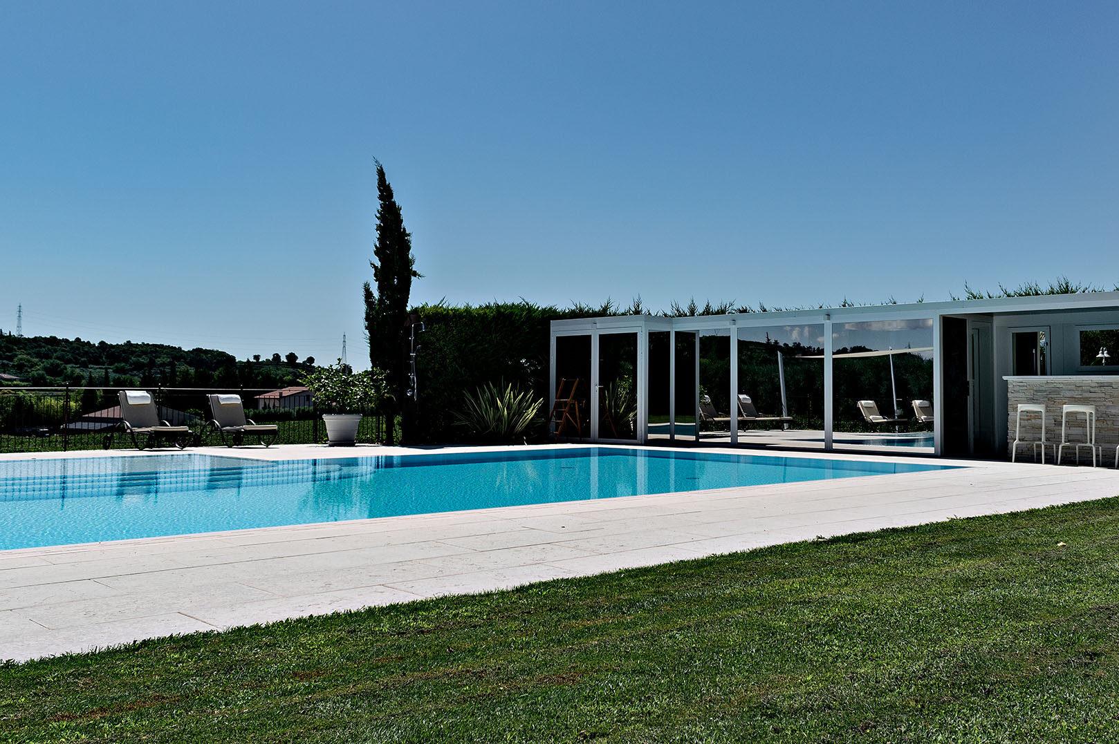 prodotti outdoor chiusura estrena fronte piscina